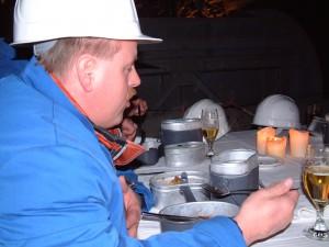 Abendgarderobe ist hier wirklich nicht angesagt. Und es wird auch nicht von goldenen Tellern gelöffelt, sondern sich aus dem Henkelmann bedient.