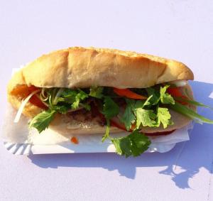 Ăn Bánh Mì: eine kulinarische Zusammenkunft zwischen Frankreich und Vietnam mit Zitronengras, Ingwer und Koriander in knusprig gebackenem Baguettes