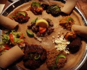 Hdmona, die Kultur und Essgewohnheiten Eritreas, hier: Injeras, luftiges, schwammartiges Fladenbrot, hergestellt aus Sauerteig und Teffmehl
