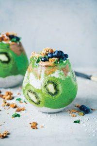 07_s-99_gruene-kueche-smoothies_kiwi_kale_chia_parfait